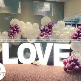 """Vòng bong bóng trắng và chữ """" LOVE """""""