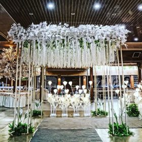Cổng chào tiệc cưới trắng hình vuông thiết kế lãng mạn