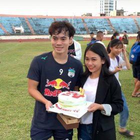 Văn Toàn nhận quà sinh nhật sớm từ người hâm mộ Đà Nẵng | Bóng đá Việt Nam